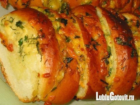 Хліб з сиром і часником в духовці