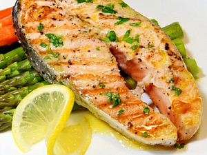 Чому потрібно вживати жирну рибу