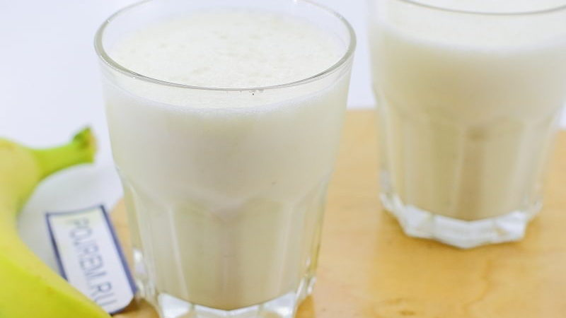 Банановий молочний коктейль.
