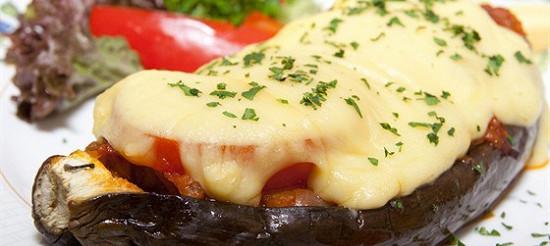 Запечені баклажани з помідорами і сиром – рецепт