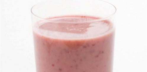 Ягідний холодник з кислого молока – рецепт