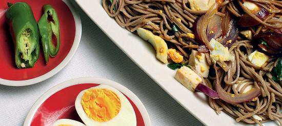 Гречана локшина з яйцями і сиром тофу – рецепт