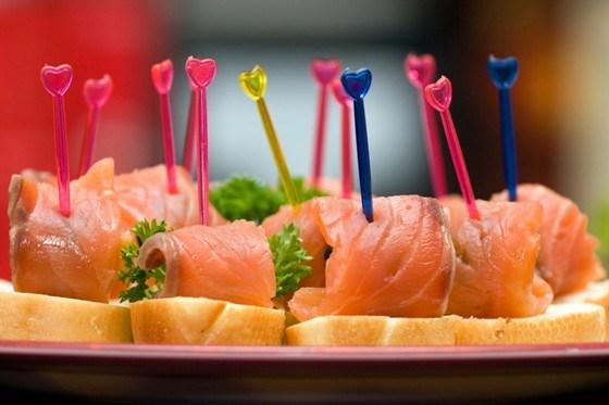 Канапе з копченим лососем – рецепт