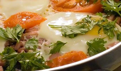 Яйця, запечені з помідорами – рецепт