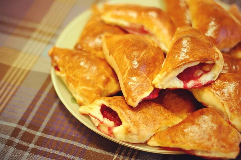 Французькі пиріжки з листкового тіста з м'яким сиром і малиною – рецепт