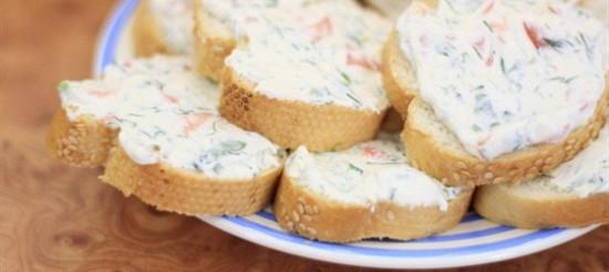 Гарячі бутерброди з сиром, соєвим соусом і кропом – рецепт