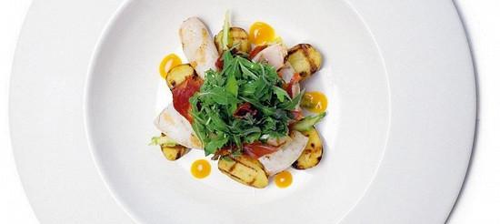 Салат з смаженого на грилі кальмара, молодої картоплі і чорізо з листям руколи і м'якоттю маракуї – рецепт
