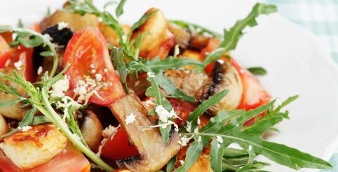 Салат з копченої курки з печерицями – рецепт