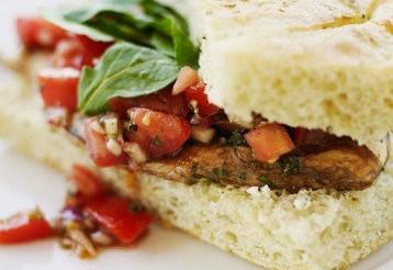 Сендвіч з козячим сиром, авокадо і копченої індичкою на горіховому хлібі – рецепт