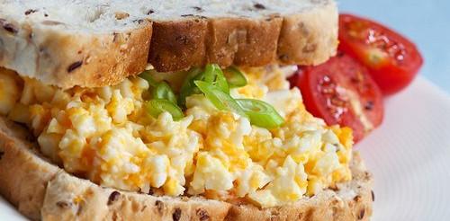 Бутерброди з яйцем, абрикосами і каррі – рецепт