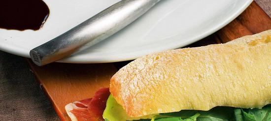 Сендвічі з пармской шинкою, галльську динею і зеленим базиліком – рецепт