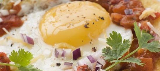 Яєчня-глазунья з гарніром – рецепт
