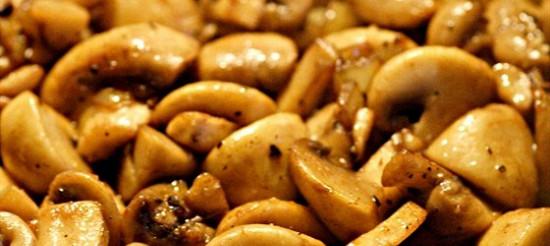 Тушковані в м'ясному бульйоні гриби – рецепт